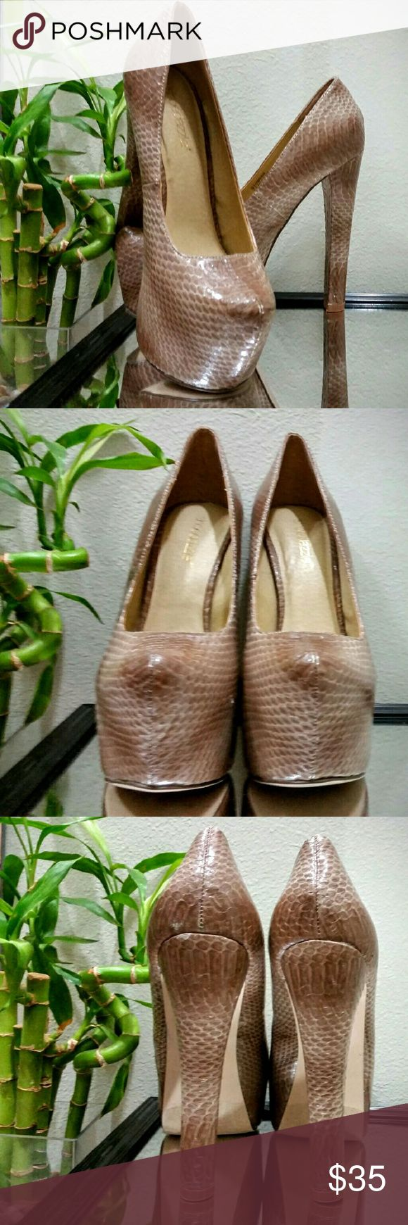 Snakeskin pattern platform heels by shoedazzle CONDITION: Like New ! --- CONCERNS: minor signs of wear.  --- I will provide more pics, materials, measurements, etc. upon request! --- ***I welcome ALL OFFERS and do bundle discounts!*** Shoe Dazzle Shoes Platforms