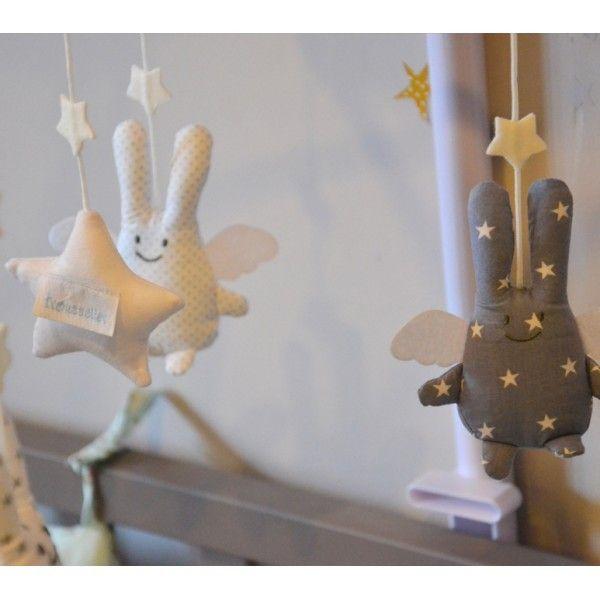 Mobile musical bébé Ange Lapin pour une jolie décoration de chambre. Le Lapin Gris. E-shop d'accessoires de décoration pour chambres bébés et tout-petiots rempli de jolies choses et de belles idées.