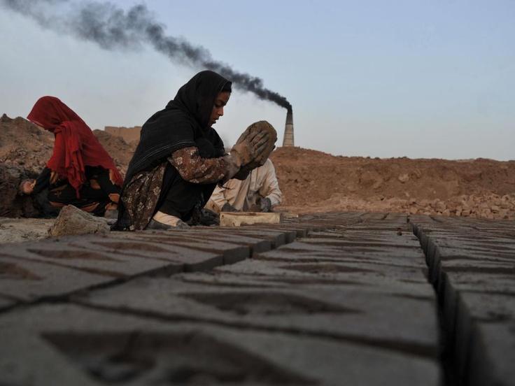 Dinsdag 21 mei: In de provincie Nangarhar in Afghanistan worden bakstenen op traditionele wijze gemaakt. Er is veel vraag naar de bakstenen, vooral vanuit de hoofdstad, nu het land bezig is met de wederopbouw.