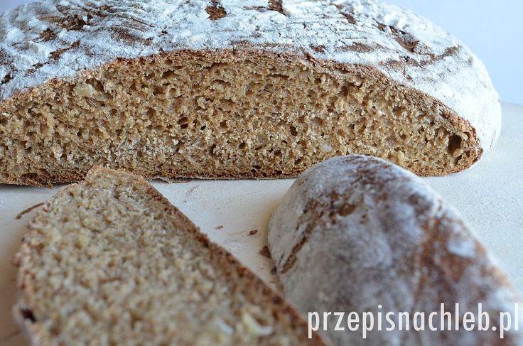 Chleb żytni z cebulą na zakwasie, ale z dodatkiem drożdży. W całości wykonany z mąki razowej – pszennej i żytniej. Ciemnobrązowego koloru nadaje mu melasa z trzciny cukrowej, która nie jest jednak mocno wyczuwalna w smaku. Chleb pachnie za to kminkiem i cebulą, jest miękki i mocno aromatyczny. Nie polecam pomijania drożdży w przepisie – […]