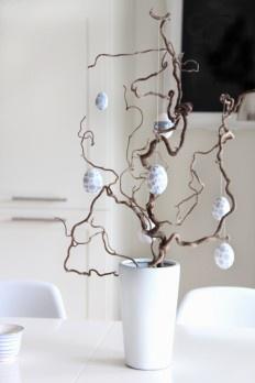 Einfache Zweigen und Weiß - schlichte Tischdekoration zu Ostern