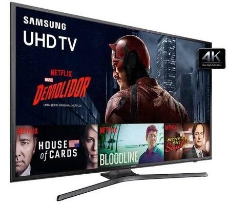 O painel de 55 polegadas da Smart TV Samsung Série 6 (UN55KU6000) é equipado com qualidade em 4K (UHD). A tecnologia HDR Premium nas imagens filtra o ruído, ajustando o cor e brilho para melhor resultado. O áudio é Dolby Digital Plus, com potência para graves em filmes e séries. O interessante é que o modelo é compatível com fones de ouvido Bluetooth, ideal para quem gosta de jogar na TV…
