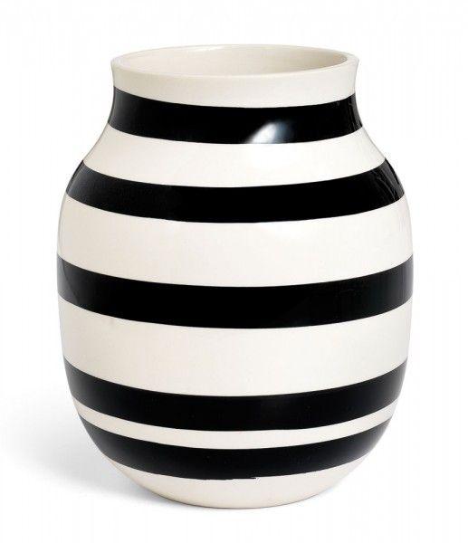 KÄHLER DESIGN - Vase Omaggio, 20cm| SCHÖNER WOHNEN-Shop  Omaggio ist italienisch und heißt Geschenk. Das war auch die Intention der beiden dänischen Designer Elena Schou Nordentoft und Ditte Reckweg als sie Designaufgabe von der renommierten dänischen Keramikfirma Kähler bekamen. Der Name Kähler ist seit fast 200 Jahren der Inbegriff für hochwertige und anspruchsvolle Keramik aus Dänemark.