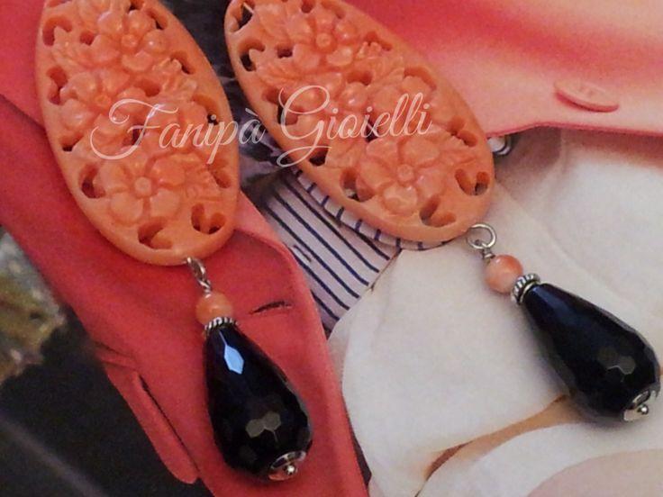 Le calde tonalità del corallo si alternano a quella incisiva ed elegante dell'onice, per questi raffinati pendenti a goccia Fanipà Gioielli.