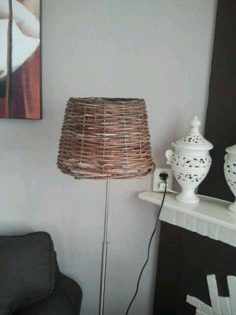 rieten lampenkap.van een rieten mandje.haal het ijzer uit de oudelampenkap en maak die in de rietenmand