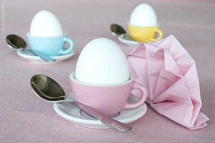 Två egenskaper definierar en bra äggkopp: Det är en kopp, och det går att äta ägg ur den. Alltså bör det vara en ganska liten kopp, och de minsta kopparna hittar vi så klart på barnavdelningen!