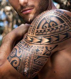 Maori Tattoos am Oberarm - welche Bedeutung haben die polynesische Zeichen
