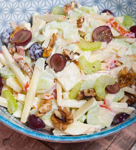Eindelijk kan ik hem van mijn nog-te-koken-lijst afstrepen: klassieke waldorfsalade! Een knapperig, frisse salade met stukjes appel, bleekselderij, druiven