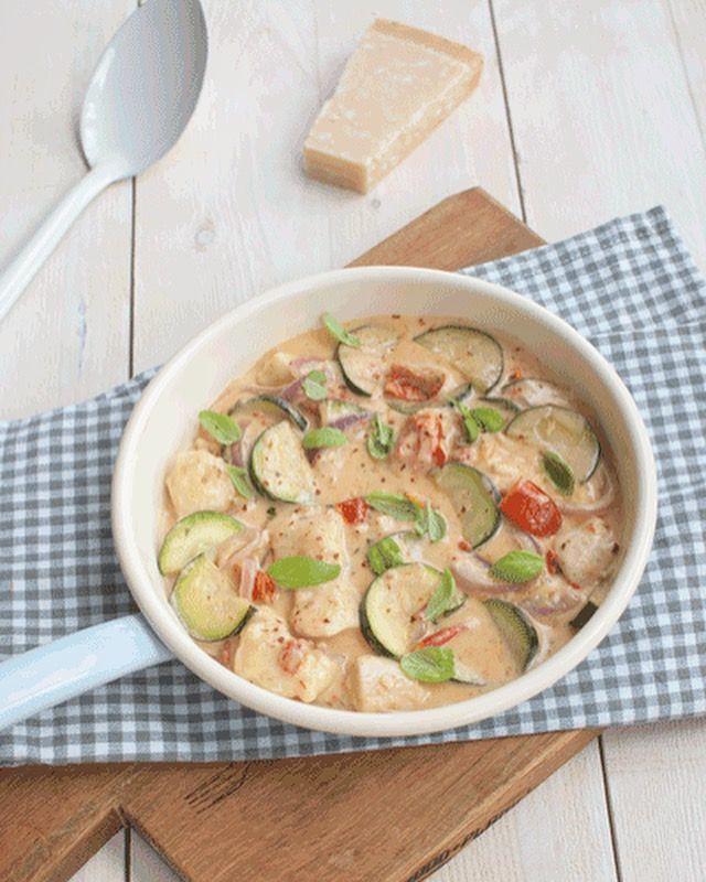 Deze Italiaanse roomkip met courgette en zongedroogde tomaat is een echte blijmaker. Makkelijk om te maken en snel klaar. Lekker met pasta of rijst.