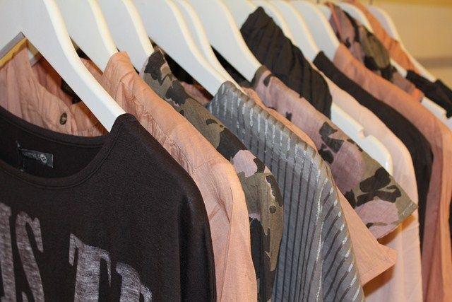 Travlhed med at pakke tøj til forhandlerne...
