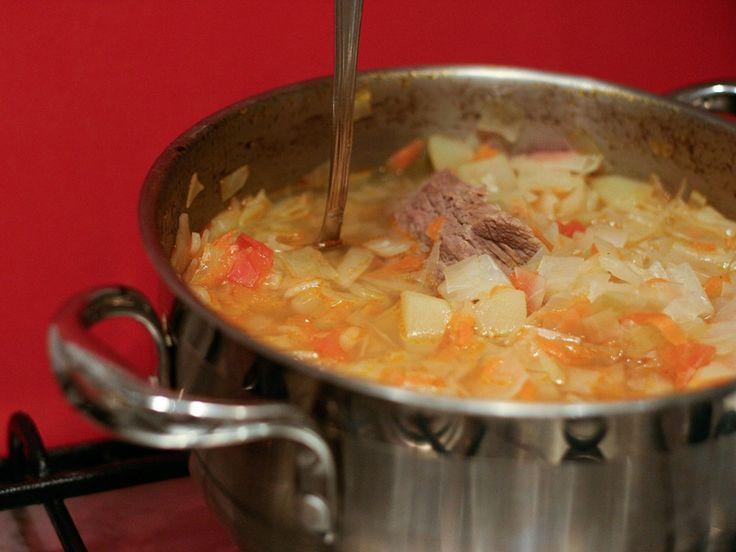 Keď sme prvýkrát ochutnali túto tradičnú ruskú polievku, okamžite sme sa do nej zamilovali. Je veľmi podobná ukrajinskému boršču, no príprava nie je ani zďaleka taká zdĺhavá. Potrebovať budete základné suroviny, ktoré máte vždy doma. Vyskúšajte tento recept a určite nám dajte vedieť, ako vám polievka chutila. Budete potrebovať: 500 g hovädzie predné 500 gramov