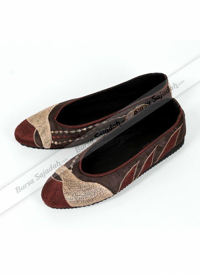 Flat Shoes Bordir, sepatu wanita yang cocok untuk remaja & dewasa ini dibuat dengan perpaduan warna cantik disertai motif bordir yang simple dan anggun. Bahannya yang ringan & nyaman dipakai membuat Flat Shoes Bordir ini selain nyaman dipakai sehari-hari juga sangat ideal untuk menemani perjalanan jauh Anda seperti saat haji & umroh.
