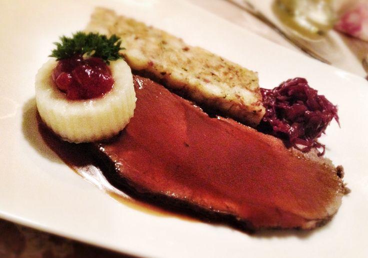 Jeleni steak s hruskou a tyrolskym knedlickem