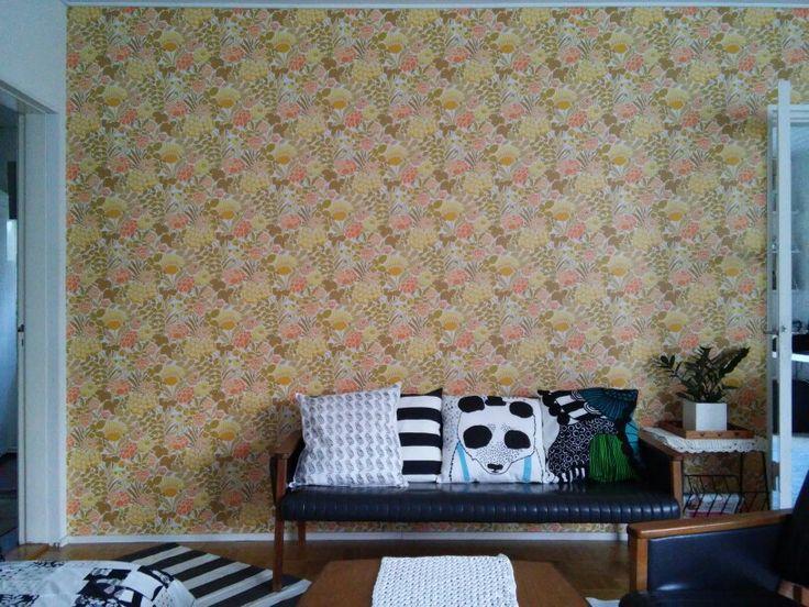 Living room. Wallpaper: http://www.vintagewallpapers.be/.