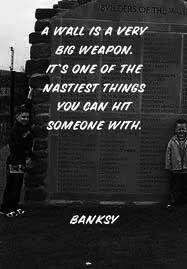 """"""" Un mur est une arme très puissante. C'est l'une des choses les plus terribles derrière lesquelles vous pouvez cacher quelqu'un."""""""