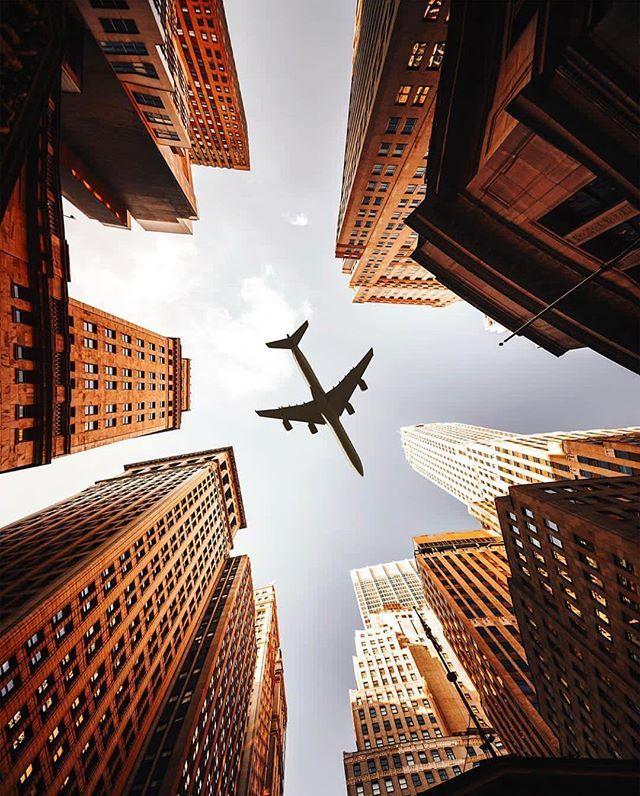 Toujours impressionnant de voir des avions passer au-dessus New York. . Superbe cliché de @franckreporter | New York in 2019 | City wallpaper, City photography, New york photos
