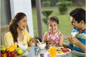 Индийский завтрак: рисовая лапша с карри, блинчики с пряными овощами, тофу, лепешки Наан с луковой или сырной начинкой, хрустящие блинчики Идли, фруктовый йогурт, кокосовое молоко.