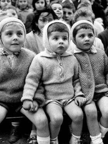 Kinder beobachten die Geschichte von St. George und dem Drachen im Puppentheater in den Tuilerien Fotografie-Druck von Alfred Eisenstaedt