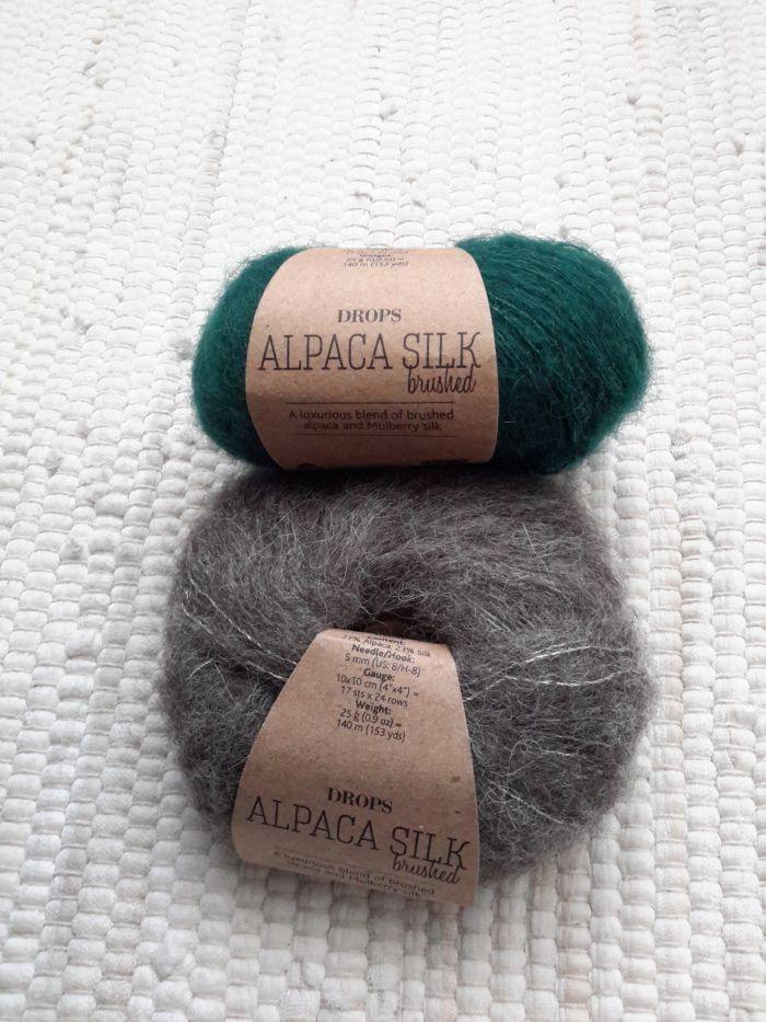 Af! `t Was best een geduldenwerkje, maar zeker de moeite waard. Gehaakt met Drops Alpaca Silk brushedin de kleur `forest-green` is het weer een lekker warme en lichte sjaal geworden. Eerst ...