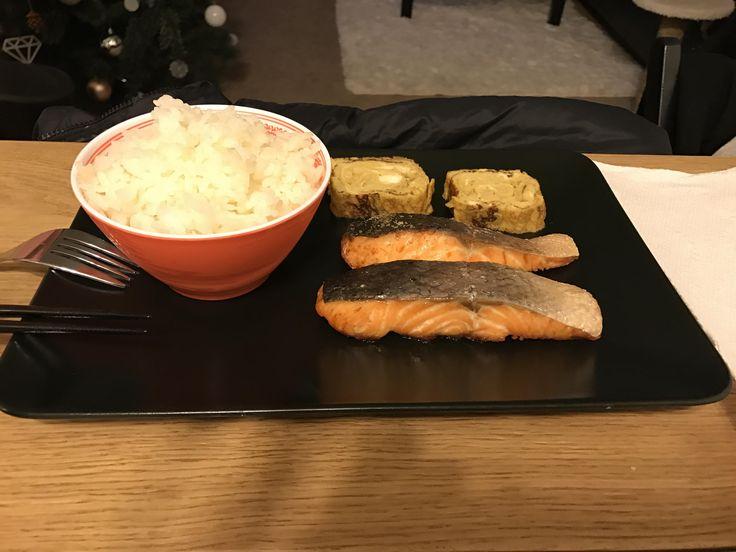 "Japanese style ""breakfast"": Shiozake (salted grilled salmon) and tamagoyaki. http://ift.tt/2lIdVga #timBeta"