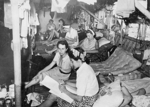 A internment camp during the Japanese occupation of the Dutch East Indies. For more than three years women and children live in the filthy, overcrowded Japanese internment camp Tjideng in a part of Batavia which has been sectioned off.