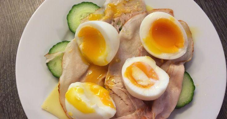 Ingrediënten 1 plak jonge kaas 30+ 75 gr komkommer met schil 2 plakken schouderham 2 eieren Bereiding Kook de eieren 6 m...