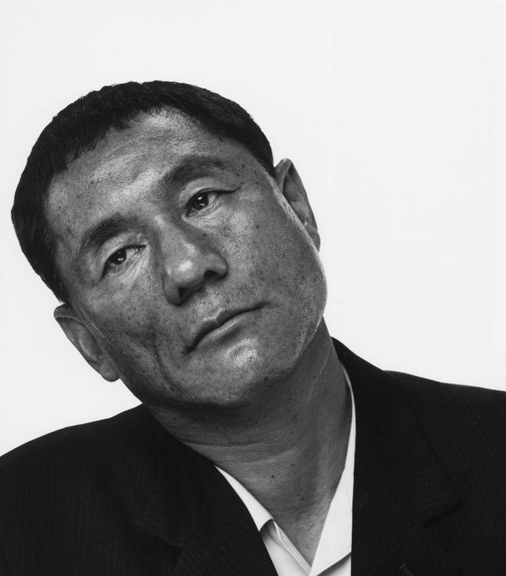 ビートたけし(1947年1月18日 - )は、日本のコメディアン、司会者、構成作家、小説家、エッセイスト、映画監督、映画脚本家、映画編集、俳優、歌手、作詞家、作曲家、芸術家、元・東京芸術大学大学院映像研究科特別教授(2005年 - 2008年)、漫才師。本名:北野 武(きたの たけし)。日本国外では本名名義の映画監督・北野 武としての知名度が高い。東京都立足立高等学校から明治大学工学部(現理工学部)機械工学科卒業(特別卒業認定)。