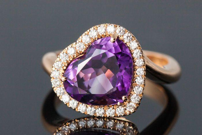 Online veilinghuis Catawiki: Gouden ring van 750 roségoud met centrale amethist (in hartvorm geslepen), ca. 3,7 ct, omringd door 28 briljant geslepen diamanten van in totaal ca. 0,31 ct