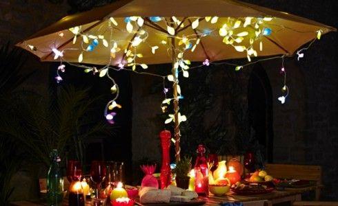 Een parasol is ideaal! Het staat gezellig, je kunt er makkelijk lichtjes aan bevestigen en mocht het gaan regenen, zitten je gasten in ieder...