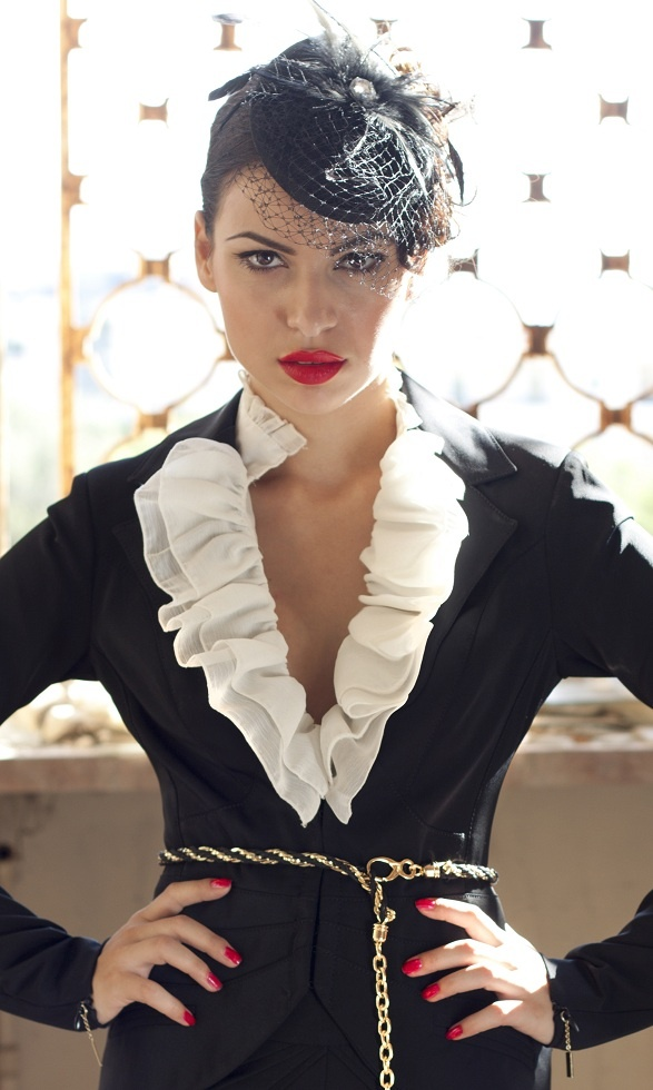 lov her!#so beautiful#  black#white#gold!!!some details!!red lips and my lovely hat!