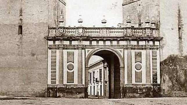 La Puerta de san Fernando. Sevilla. Construida en el siglo XVIII fue la más moderna; se localizaba a la altura de la Real Fábrica de Tabacos. Tuvo una vida breve, de solo un siglo y estaba situada frente al edificio principal de la sede de la Universidad Hispalense, en la calle San Fernando, de donde le viene el nombre.