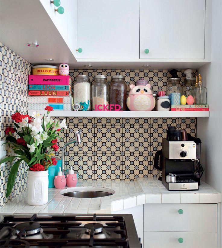 Uma boa opção na hora de decorar a cozinha, é investir em cores nos detalhes, como puxadores e pequenos objetos.
