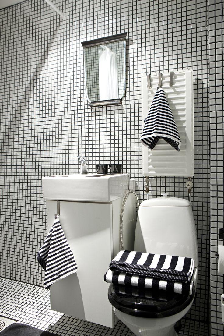 I really like idea of black and white stripes for the for Black and white striped bathroom accessories