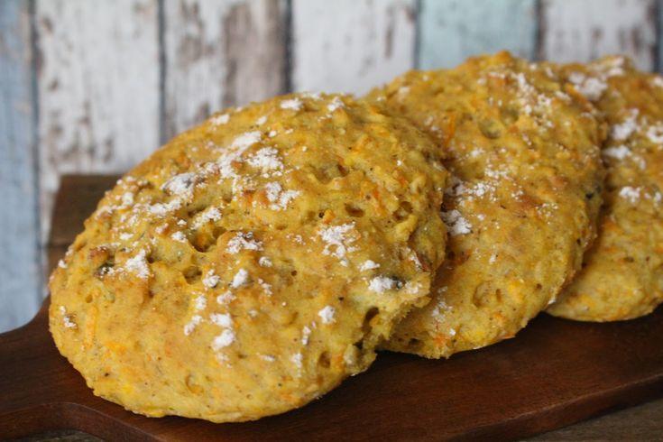 Kuohkeat sämpylät, joissa porkkanaraaste ihanasti mehevöittää sämpylöitä ja antaa makeutta. Hakusanat: porkkanasämpylät , glutee...