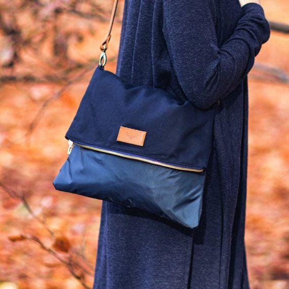 Bolsa de rayo fue hecha de tela de algodón, nylon, tela impermeable y utiliza para crear la correa ajustable de cuero natural. Hay un práctico bolsillo interior de la bolsa perfecta para las llaves o celular. Bolsa de rayo se cierra con cremallera.  Dimensiones: * ancho - 35cm (13,8 pulgadas) * altura - 28cm (11 pulgadas)  Materiales: * tela 100% de algodón, azul marino * 100% nilón, tela impermeable azul marino * algodón 100% fila (guarnición) * natural, marrón cuero (correa)…