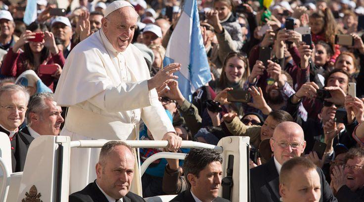"""En su catequesis de los miércoles, durante la Audiencia General en la Plaza de San Pedro del Vaticano, el Papa Francisco pidió a los presentes que imiten a Cristo y amen de verdad, sin imposturas ni hipocresías. """"No seamos unos impostores. Que nuestro amor no sea una telenovela. Necesitamos un amor sincero, fuerte"""", indicó."""