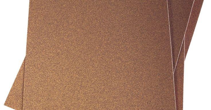 Cómo quitar la pintura del auto con lija. La pintura no es difícil de remover, excepto de un automóvil. El líquido para quitar la pintura ensucia y no funciona tan bien en automóviles como en objetos más pequeños. La mejor manera de eliminar pintura del vehículo es lijándola. Si la eliminas toda con lija, podrás llegar al metal original y solo causarás polvo, que es sencillo de limpiar. ...