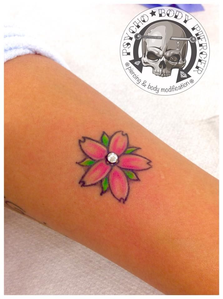 #Microdermal #Tattoo #Microdermalontattoo #flowertattoo #diamant #Titanium #alebhills #alepsychobodypiercer #residentartist #bhillstattoo #cittadella #piercingcittadella