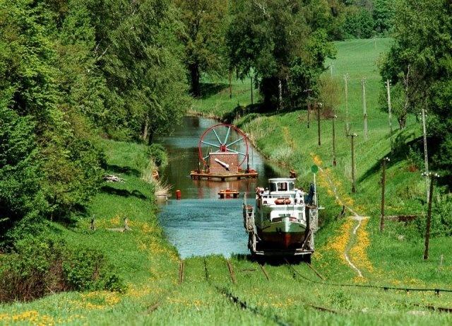 W Polsce jest z pewnością więcej pięknych i ciekawych miejsc. Wybraliśmy 50, które w szczególności trzeba zobaczyć. Co byście dodali? Na początek Kanał Elbląski. Kanał Elbląski to żeglowna droga wodna na terenie województwa warmińsko-mazurskiego, z systemem pięciu pochylni, które pozwalają szybko pokonać odcinki między jeziorami i różnicę poziomu wody. Kanał, w którym statki miejscami, zamiast płynąć wodą, suną po trawie, powstał dzięki królewskiemu kaprysowi. Poza Stanami Zjednoczonymi nie…