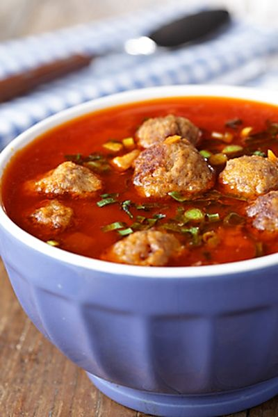 Chutná polévka z plechovky rajčat, kuřecího vývaru a dalších ingrediencí, s vložkou makaronů a masových kuliček.