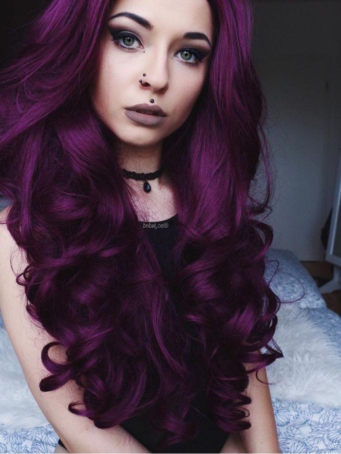 Cheveux couleur violine rouge