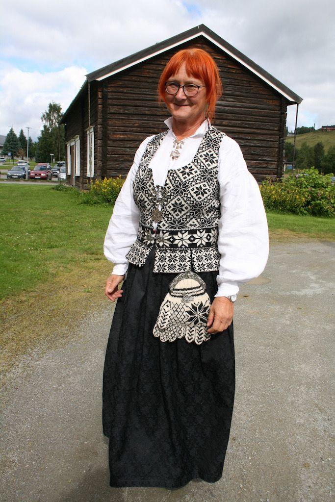 Birgitta i flott sjøllaga selbudrakt