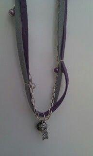Halsband med mockaband och kedja.