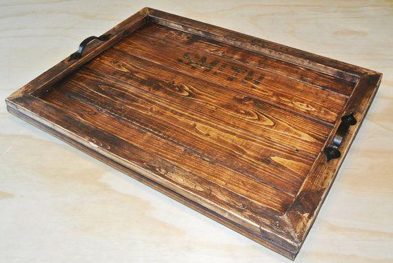 Grand plateau en bois. Sadapte parfaitement sur un tabouret ou sur un comptoir de cuisine. Rustique avec poignées sombres, antiques à la