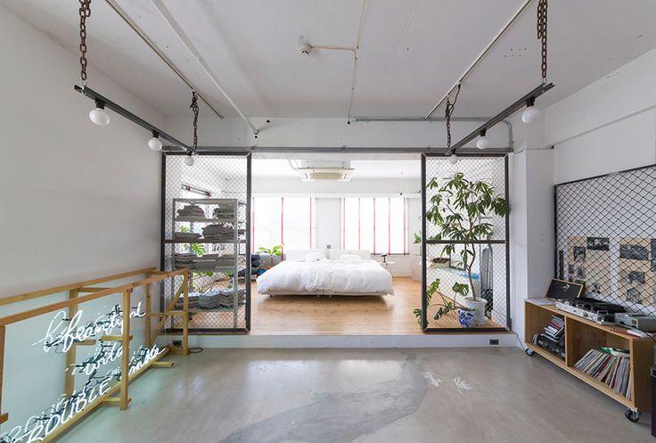 リビングとベッドルームを分けている2枚のフェンスは引き戸になっていて、中央に寄せることができる。