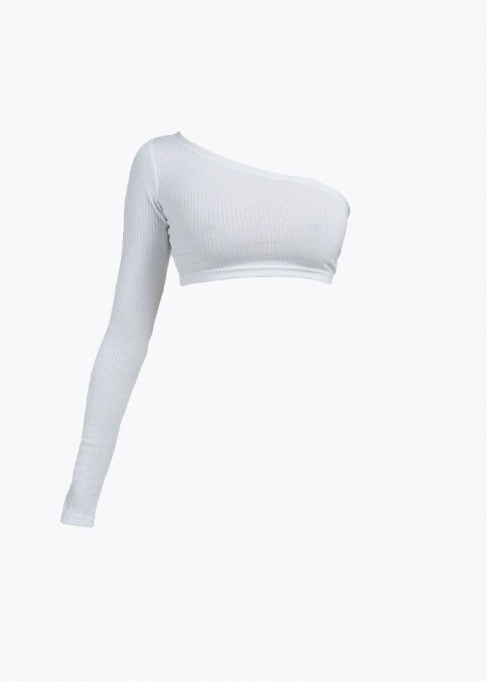 Цена: 640 ₽  Женский. Укороченный топ из ребристой ткани. Силуэт с одним длинным рукавом. Рост модели 168 см, размер на модели XS.