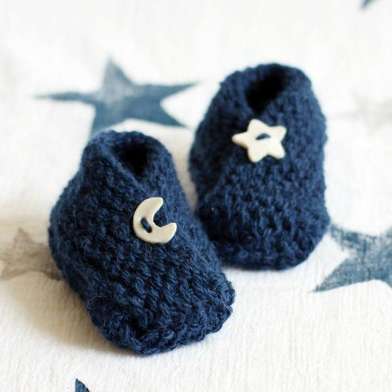 Free pattern for these adorable baby booties. A super fast and easy knit. Perfect for a beginner and they make a great gift!