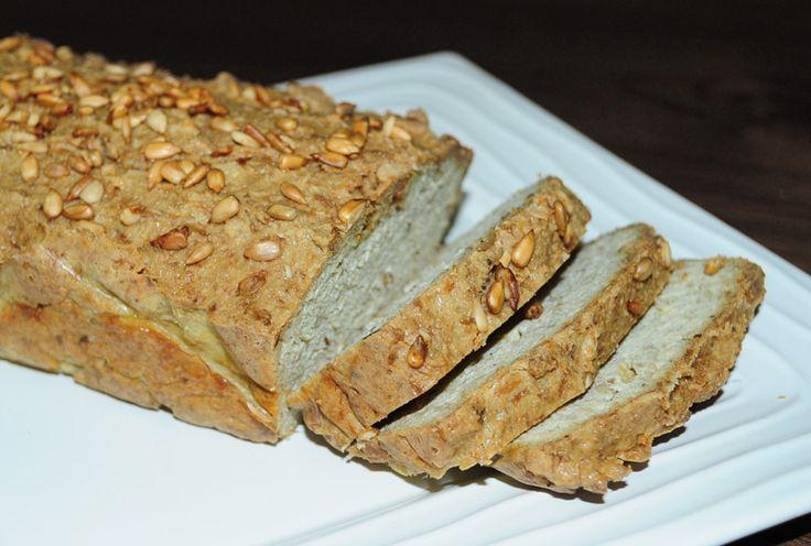 Tak a jsem tady s chlebem číslo 3. Dlouho jsem vybírala co upéct. Většina chlebů bez mouky (ať už GAPS nebo PALEO) si je chuťově velice často podobná. To se ale o tomto chlebu říci nedá. Konečně jsem našla chléb, který není ořechový. Má velice zajímavou chuť a i dost v…