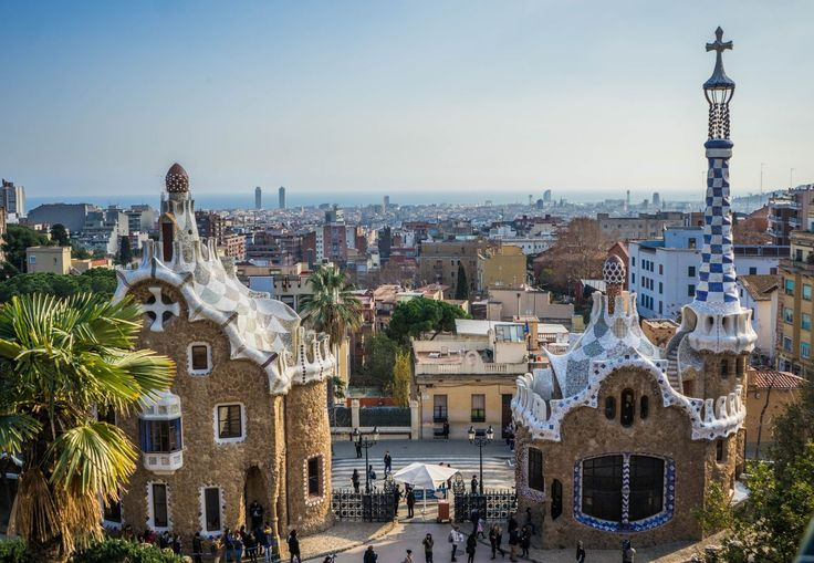 Do you want to find out how to avoid paying the entrance fee for Parc Guell, Montjuic Castle and many other top Barcelona attractions?