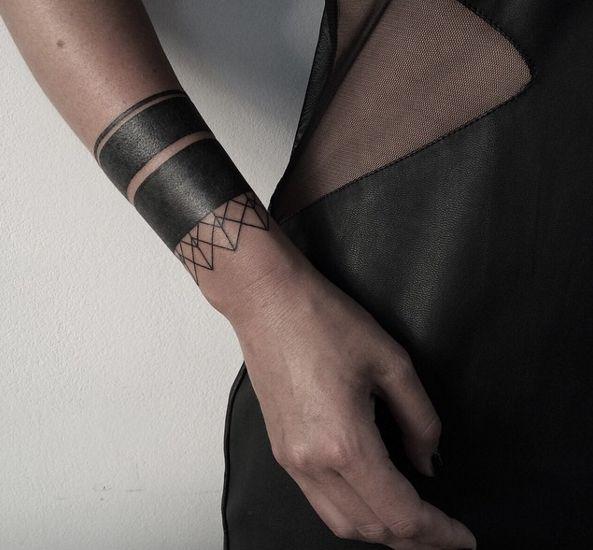 N'oublions pas ce poignet noir.